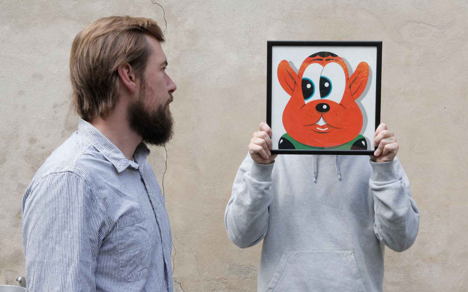 HuskMitNavn and troels øder with picture in front of face wall background